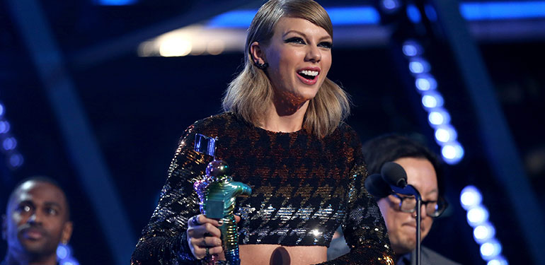 Taylor Swift Scoops Four Awards at the 2015 MTV Video Music Awards